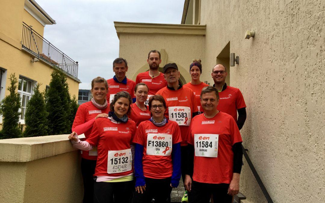 Läufer_innen beim Osterlauf mit roten Shirts
