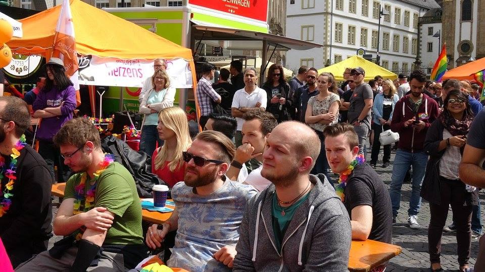 Lockere menschenrunde beim PaderPride 2017