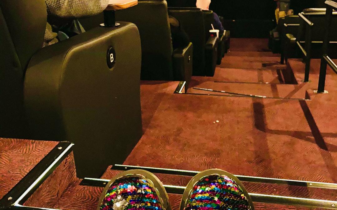 Schuhe mit Regenbogen Pailetten im Kino